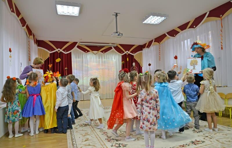KALININGRAD, RUSLAND Kinderen nemen deel aan de wedstrijd in de herfstochtend op de kleuterschool stock foto's