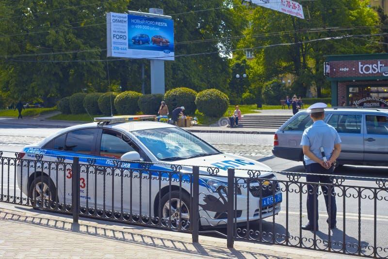 KALININGRAD, RUSLAND - MEI 21, 2016: Russisch verkeerspolitieman GIBDD het inspecteren verkeer royalty-vrije stock afbeelding
