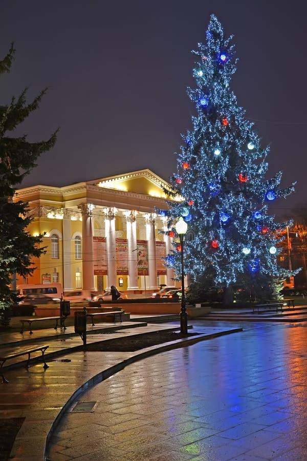 Kaliningrad, Rusland Nieuwjaarboom en de bouw van Regionaal dramatheater royalty-vrije stock afbeeldingen