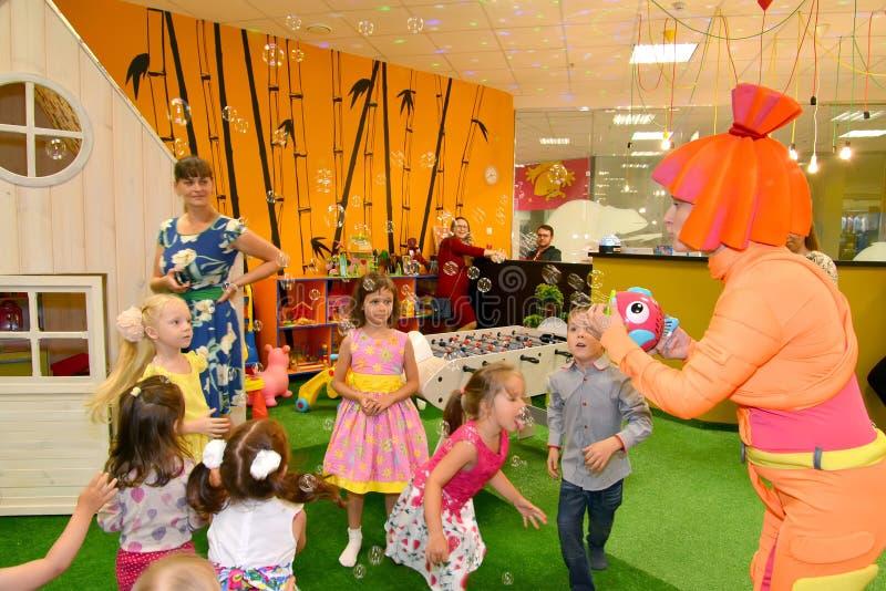 KALININGRAD, RUSLAND - SEPTEMBER 18, 2016: De animator in een kostuum start zeepbels op een vakantie van kinderen op stock foto
