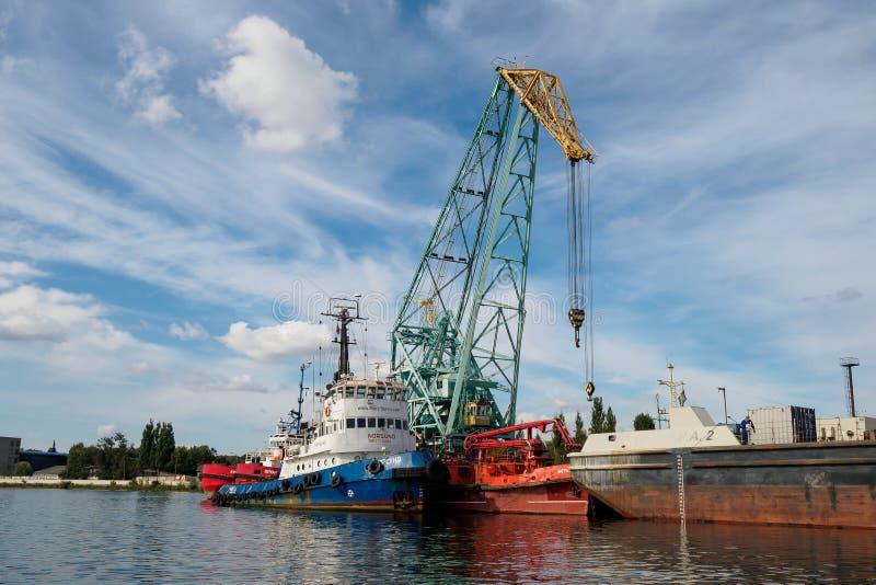 Kaliningrad, Rusland - September 10, 2018: De haven van de Kaliningradhandel De haven van een grote Russische stad met havenskran royalty-vrije stock afbeelding