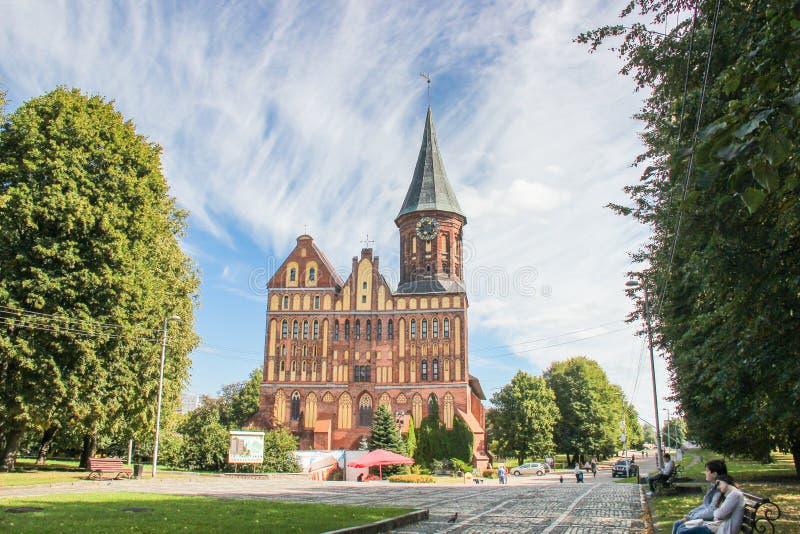 Kaliningrad, RUSLAND - SEPTEMBER 14, 2015: Kathedraal van Kant in Kaliningrad, de steeg Oud middeleeuws kasteel bij de zomerdag stock afbeeldingen