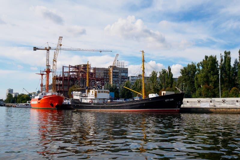 Kaliningrad, Rusland - September 10, 2018: Tentoongestelde voorwerpen van het Museum van de Wereldoceaan bij de pijler tegen de a royalty-vrije stock afbeelding