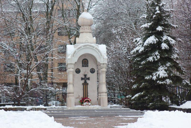 Kaliningrad, Russia - 4 febbraio 2019: Monumento alle protezioni della patria a neve fotografie stock