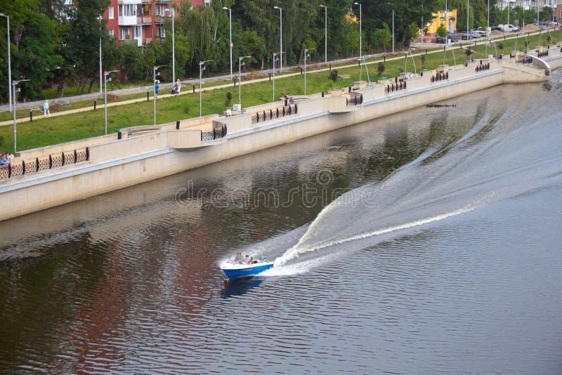 KALININGRAD, RUSSIA - 28 GIUGNO 2016: Motoscafo sul fiume di Pregolya vicino all'argine di ammiraglio Tributs immagini stock libere da diritti