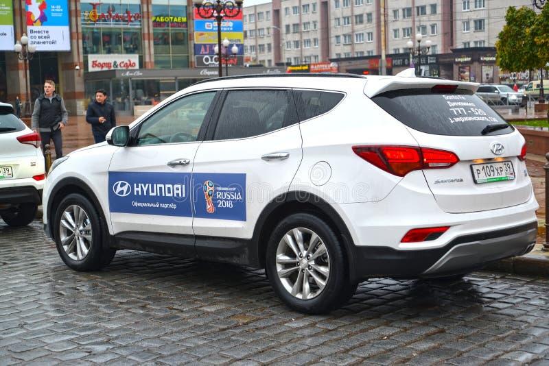 Kaliningrad, Russia L'automobile di Hyundai con lo symbolics della coppa del Mondo della FIFA della FIFA 2018 in Russia fotografia stock