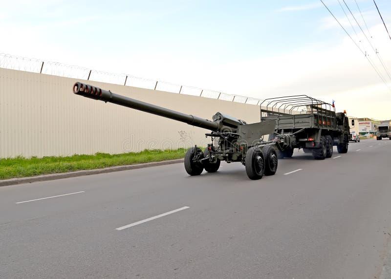 Kaliningrad, Russia La pistola del giacinto B da 152 millimetri, rimorchio 2A36 su una ripetizione di parata in onore di Victory  immagine stock libera da diritti