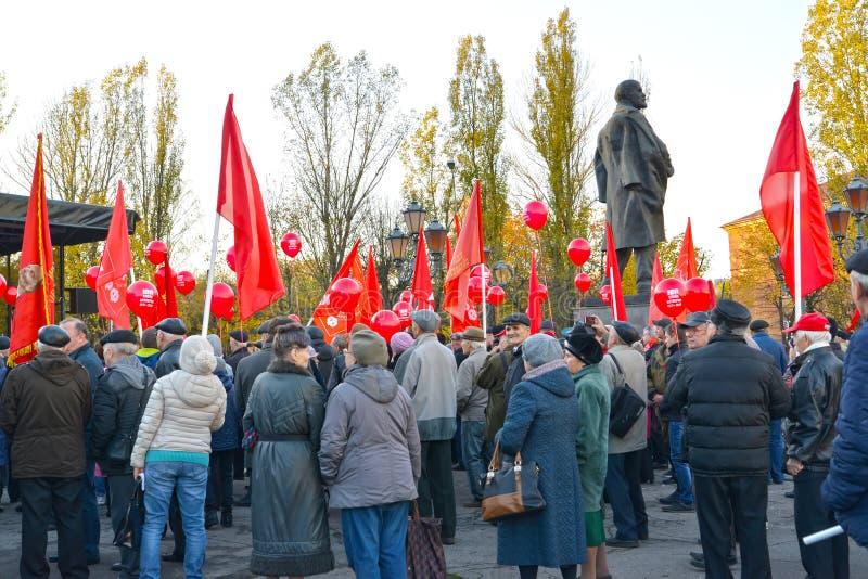 KALININGRAD, RUSSIA Popolo in una manifestazione del Partito Comunista della Federazione Russa, dedicata al centesimo anniversari immagini stock