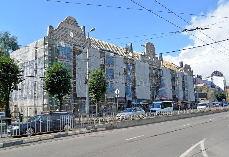 Kaliningrad, Russia Reconsttruction capitale di riparazione di una facciata e un tetto dell'edificio residenziale dell'appartamen fotografia stock