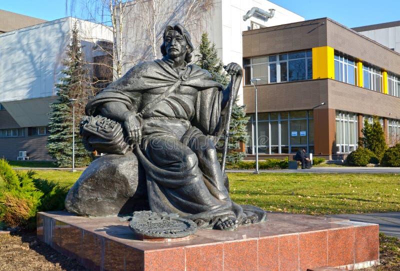 Kaliningrad, Russia Un monumento a Francis Skorine contro lo sfondo dell'università federale baltica di Immanuel Kant fotografia stock libera da diritti