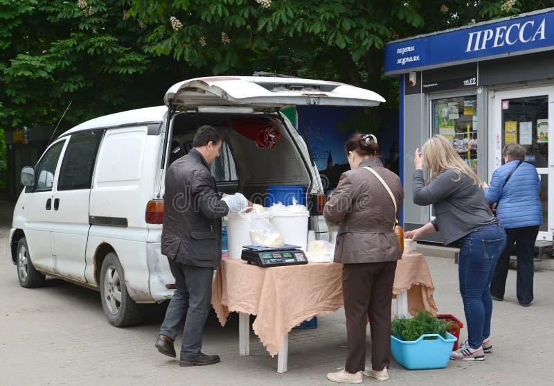 Kaliningrad, Russie ?changes ill?gaux des laitages sur la rue de Kaliningrad photo stock
