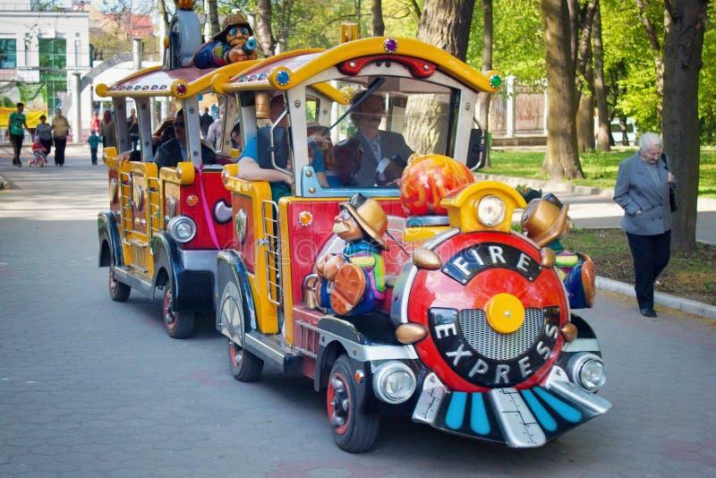 KALININGRAD, RUSSIE - 27 AVRIL 2014 : Le train des enfants de couleur pendant des vacances de famille image libre de droits