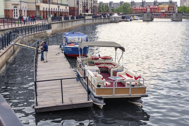 Kaliningrad Russie 05 01 2019 bateaux pour des touristes au pilier photographie stock libre de droits