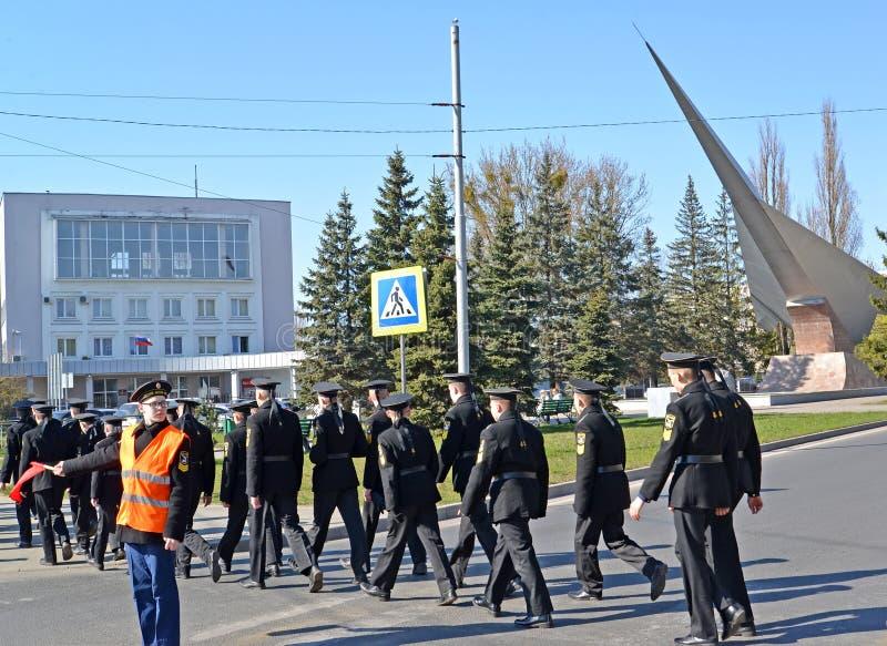 Kaliningrad, Russie Cadets du cas de mer d'Andrew la rue crois?e Premier-appel?e de Gaidar sur le passage pi?ton photos stock