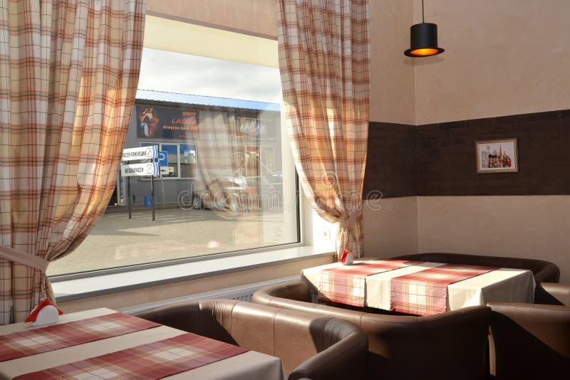 Kaliningrad, Russie Fragment d'un intérieur de café moderne avec une fenêtre images libres de droits