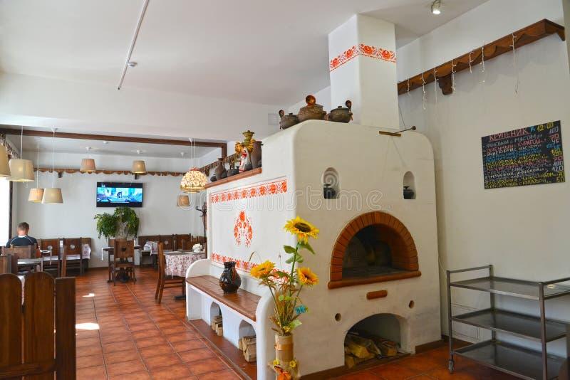 Kaliningrad, Russie Le four russe décoratif dans un intérieur de café moderne photographie stock libre de droits