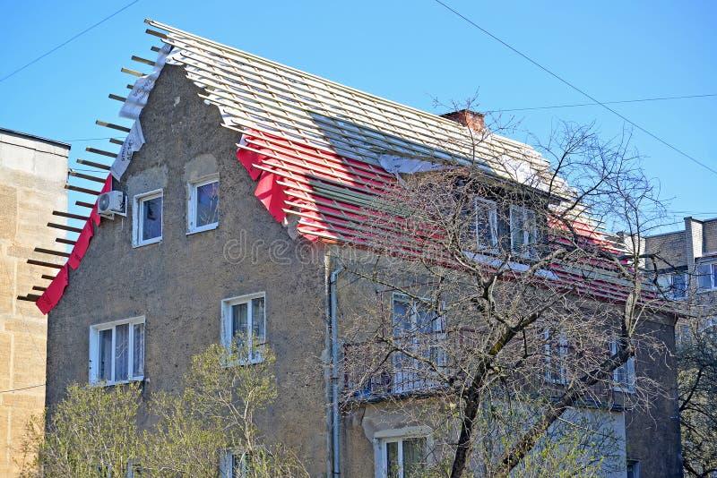 Kaliningrad, Russie R?paration d'un toit d'une vieille maison de la construction allemande images stock