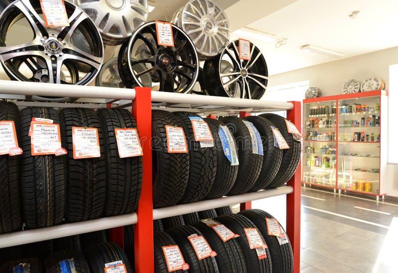 Kaliningrad, Russie Un support avec des pneus et des jantes dans une salle de marché photos libres de droits