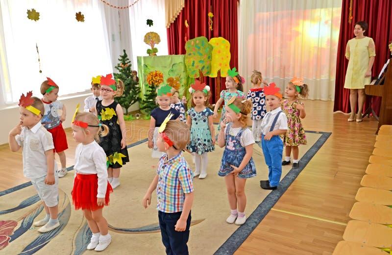 Kaliningrad, Russie Une représentation de matin d'automne dans le groupe inférieur du jardin d'enfants images stock