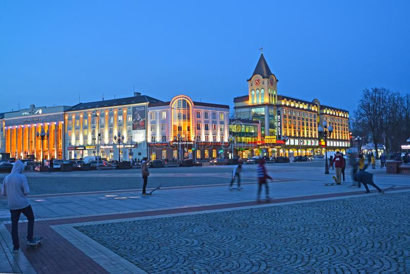 Kaliningrad, Russie Victory Square, le centre et le commerce et le bureau Kaliningrad central d'affaires de Kaliningrad passent a photos stock