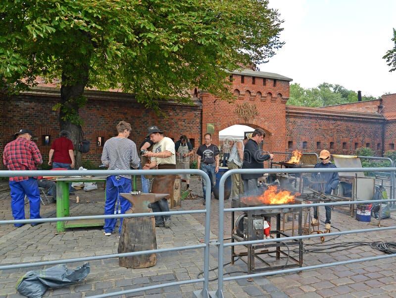 Kaliningrad, Russland Arbeit von Schmieden über das Museum des Bernsteines stockfotografie