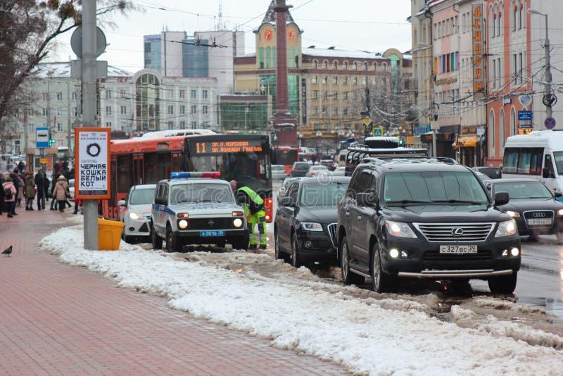 Kaliningrad, Russland - 4. Februar 2019: Die Polizei stoppte die Übertreter am Wintertag lizenzfreies stockfoto