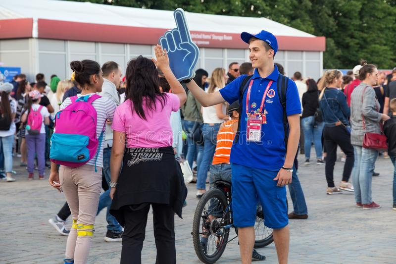 KALININGRAD, RUSSLAND - 16. JUNI 2018: Junge Freiwillige in der Fan Kaliningrads FIFA Festzone lizenzfreie stockfotos