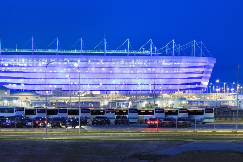 KALININGRAD, RUSSLAND - 16. JUNI 2018: Nachtansicht des modernen Kaliningrad-Fußballstadions rief auch Arena Baltika an lizenzfreie stockfotografie