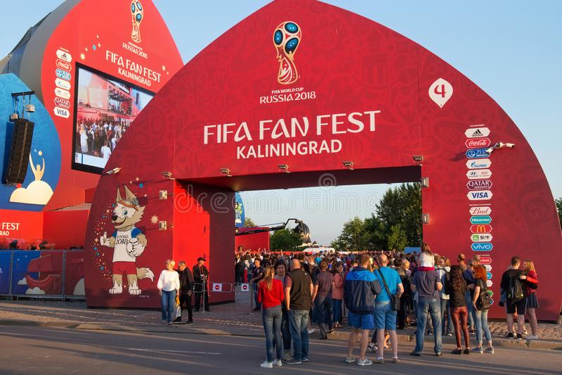 KALININGRAD, RUSSLAND - 16. JUNI 2018: Unbekannte Leute nahe dem Tor Fan Kaliningrads FIFA der Festzone stockbilder
