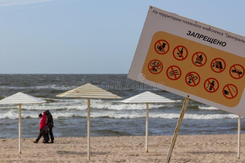 Kaliningrad, Russland - 31. März 2019: Hinweiszeichen am Ostseestrand Keine Hunde, Alkohol, Feuer, Rauchen, fischend lizenzfreies stockfoto