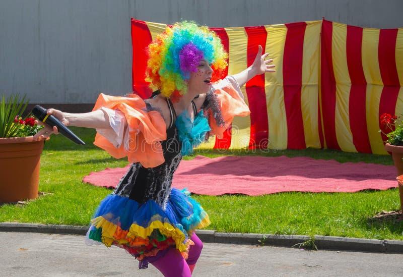 KALININGRAD, RUSSLAND - 21. MAI 2016: Komischer Entertainer für die Kinder, die ein traditionelles Kostüm tragen stockbild