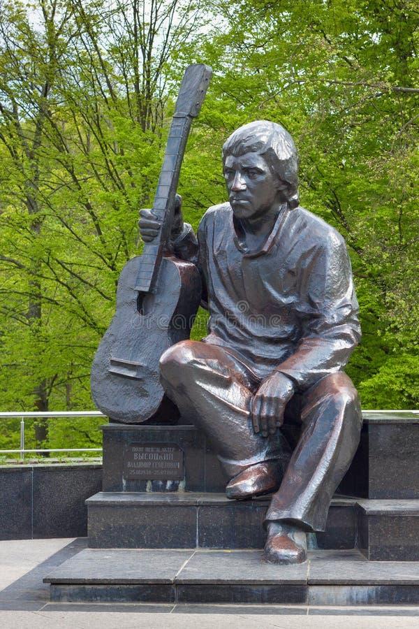 KALININGRAD RYSSLAND - APRIL 27, 2014: Monument till Vladimir Vysotsky i den Kaliningrad Central Park arkivbilder