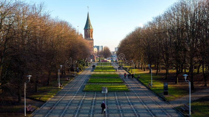 Kaliningrad Ryssland - December 30, 2017: Folk som g?r n?ra domkyrka av Immanuel Kant i Kaliningrad Gamla Koenigsberg royaltyfri fotografi