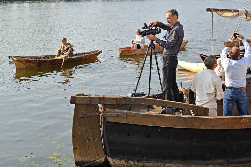 Kaliningrad Ryssland Den videopd operatören bak arbete under ferien 'vattenenhet ', Pregolya flod royaltyfri bild