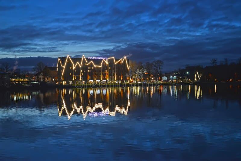 Kaliningrad Ryssland Ett aftonlandskap av den bästa sjön med det Mercure hotellet ashore arkivfoto