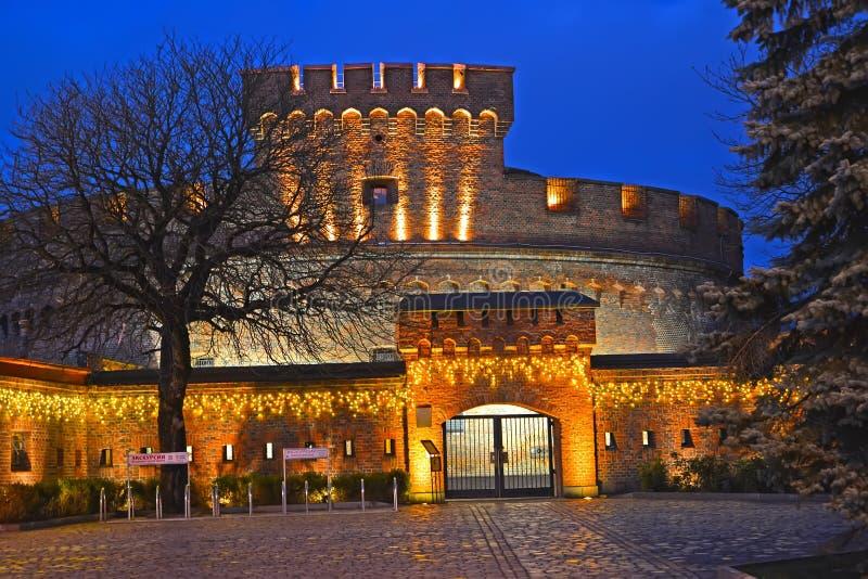 Kaliningrad Ryssland Festlig belysning av museet av det bärnstensfärgade tornet av 'den Der universitetsläraren arkivfoton