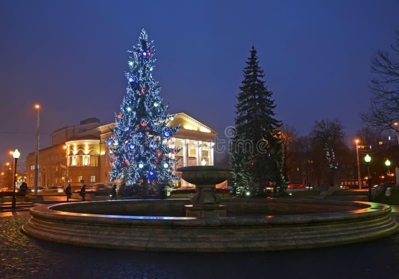 Kaliningrad Ryssland Fyrkanten med ett träd för nytt år för byggnaden av den regionala dramateatern royaltyfria bilder