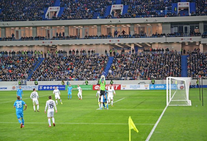 Kaliningrad Ryssland Målvakten fångar en boll En fotbollsmatch mellan Baltikaen teams - Krylja Sovetov Baltisk arenastad arkivfoton