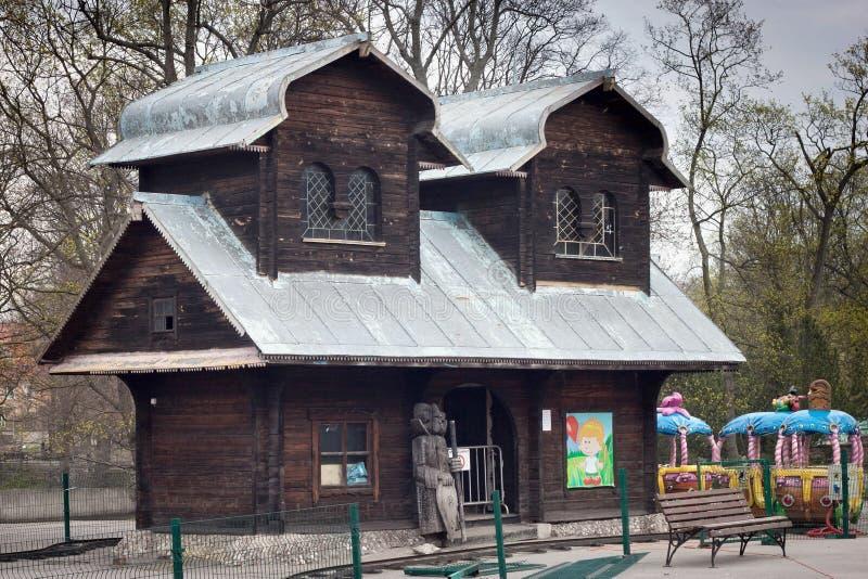 KALININGRAD RYSSLAND - MARS 29, 2014: Gamla sjaskiga träbyggnader i en felik stil i den Kaliningrad zoo fotografering för bildbyråer