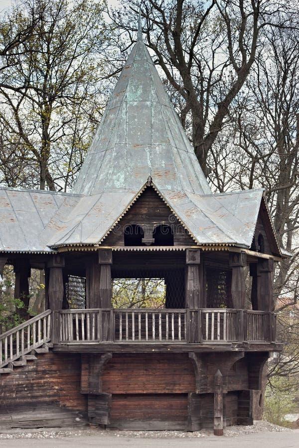 KALININGRAD RYSSLAND - MARS 29, 2014: Gamla sjaskiga tr?byggnader i en felik stil i den Kaliningrad zoo arkivfoto