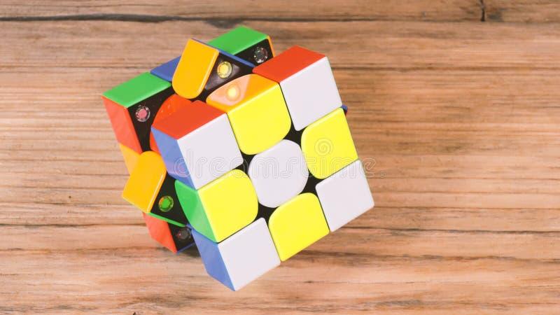 Kaliningrad Ryssland November 18, 2018 Enorm kub för 3x3 Rubiks på tabellen arkivbilder