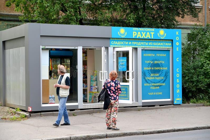 Kaliningrad Ryssland Rakhat för ` för företagslivsmedelsbutikKasakhstan lager `, Rysk ` för nätverk för text`-Rakhat detaljhandel royaltyfri fotografi