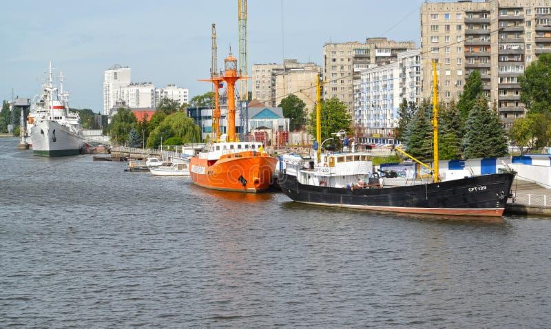 Kaliningrad Ryssland Sikt av förtöja av museet av världshavet royaltyfri foto