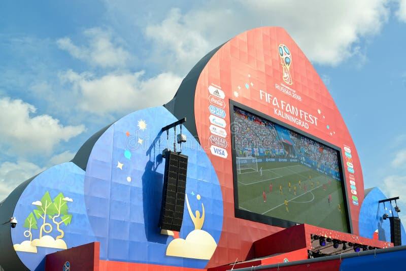 Kaliningrad Ryssland Skärmen med TV-sändningoof en fotbollsmatch på fanzonen Den FIFA världscupen i Ryssland royaltyfri fotografi