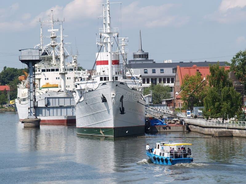 Kaliningrad Ryssland Skeppen på förtöja på den Pregolya floden arkivbilder
