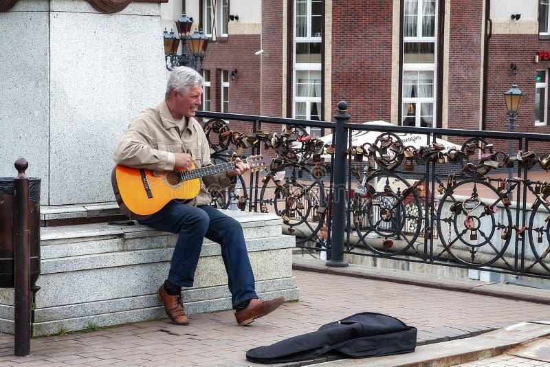 Kaliningrad Ryssland 05 01 Spelar gatamusikern 2019 gitarren nära monumentet royaltyfria bilder