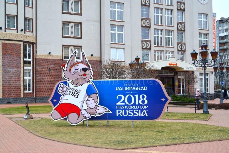 Kaliningrad Ryssland Ställningen med bilden av en maskot av den FIFA världscupen FIFA 2018 av en varggröngöling av Zabivaki arkivfoton