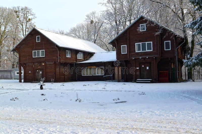 Kaliningrad Ryssland Träjaktlåset i Centralet Park i vintermorgonen royaltyfria bilder