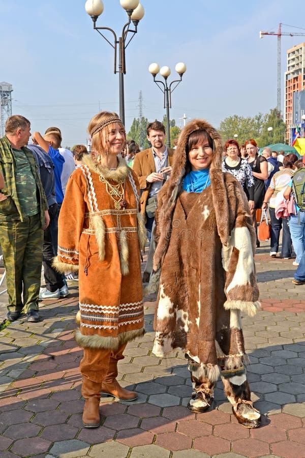 Kaliningrad Ryssland Unga kvinnor i traditionella dräkter av folk av norden royaltyfria bilder