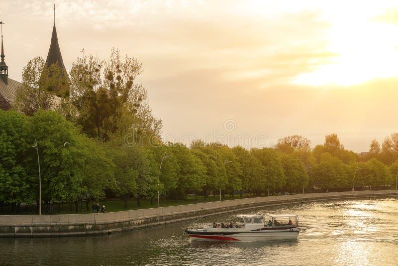 Kaliningrad Ryssland 05 01 Utfärd 2019 på floden i ett litet fartyg mot inställningssolen royaltyfria bilder